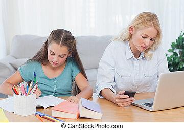 mujer usando la computadora portátil, en el escritorio, en, sala