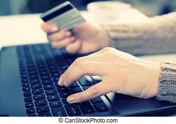 mujer usando la computadora portátil, para, e- actividad bancaria