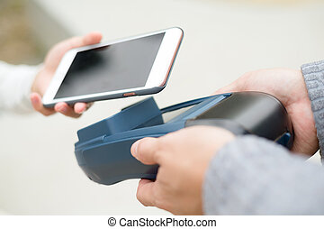 mujer, uso, de, elegante, teléfono, para pagar