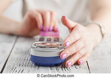mujer, utilizar, credito, crad, para pagar