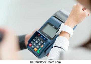 mujer, utilizar, elegante, reloj, para pagar