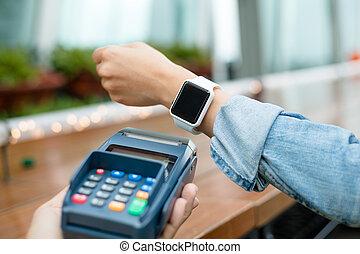 mujer, utilizar, elegante, teléfono, para pagar, por, nfc,...