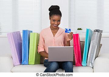mujer, utilizar, tarjeta del debe, para, compras, en, computador portatil