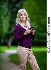 mujer, utilizar, teléfono celular