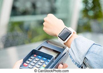mujer, utilizar, wearable, reloj, para pagar