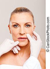 mujer, verificar, plástico, medio, labios, cirugía, viejo, antes