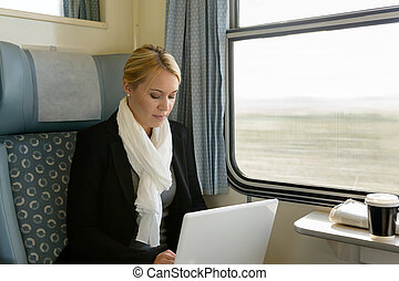 mujer, viajero, computador portatil, tren, viajar, utilizar