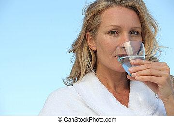 mujer, vidrio de bebida, agua