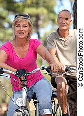 mujer, viejo, años, 60, bicicleta, hombre