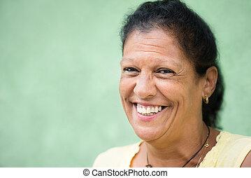 mujer, viejo, hispano, cámara, retrato, sonreír feliz
