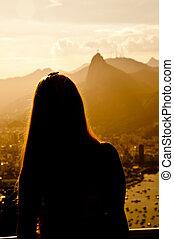 mujer, visita, cristo redentor, de, el, cima, de, el, azúcar, barra, en, río de janeiro, brasil