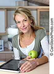 mujer, websurfing, manzana, tableta, alegre, adulto, comida