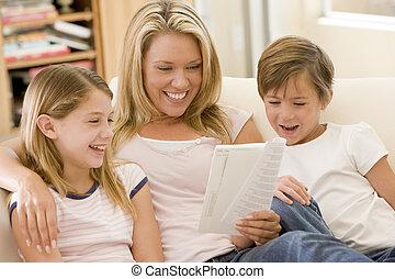 mujer, y, dos, niños jóvenes, en, sala, libro de lectura, y, smi
