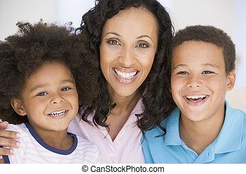 mujer, y, dos, niños jóvenes, sonriente