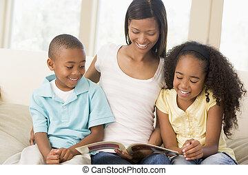 mujer, y, dos niños, sentado, en, sala, libro de lectura, y, s