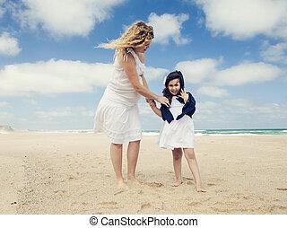 mujer, y, ella, hija, en la playa