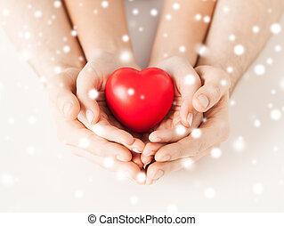 mujer y hombre, manos, con, corazón