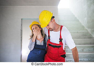 mujer y hombre, trabajadores, suffocating, en, el, construcción, sitio.