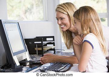 mujer, y, niña joven, en, ministerio del interior, con, computadora, sonriente