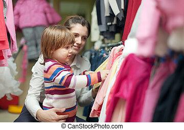 mujer y niño, chooses, uso, en, tienda