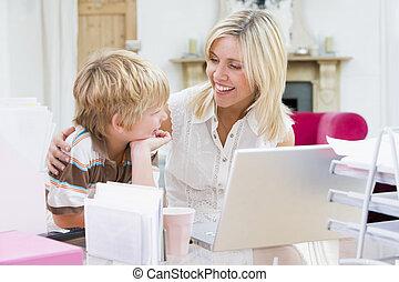 mujer, y, niño joven, en, ministerio del interior, con, computador portatil, sonriente
