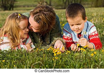 mujer, y, niños, relajante, en, el, primavera, pradera