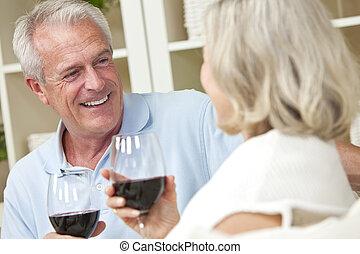 mujer, y, pareja, hombre, hogar, 3º edad, feliz, vino que bebe