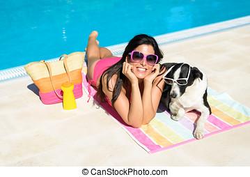 mujer, y, perro, en, días de fiesta de verano