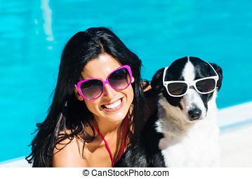 mujer, y, perro, en, divertido, vacaciones del verano