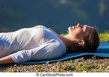 mujer, yoga, asana, aire libre, savasana, se relaja