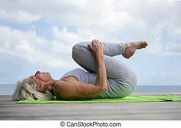 mujer, yoga, embarcadero