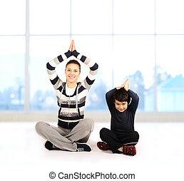 mujer, yoga, familia , -, joven, dentro, ejercicios, niño