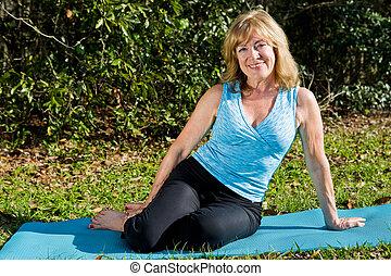 mujer, yoga, maduro