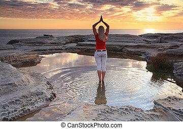 mujer, yoga, meditación, por, el, océano, salida del sol