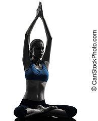 mujer, yoga, sentado, meditar, unido, ejercitar, manos, silueta