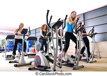 mujeres, cálculo, en, girar, bicicletas, en, el, gimnasio