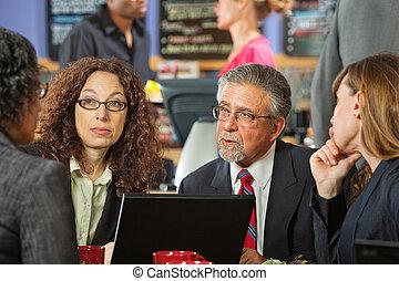 mujeres, café, hombre de negocios