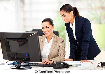 mujeres de la corporación mercantil, trabajando, usar ordenador
