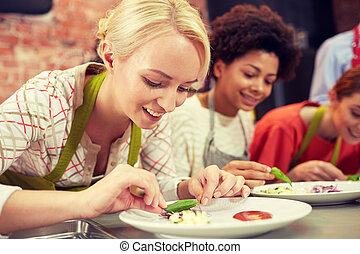 mujeres, decorar, cocina, platos, feliz