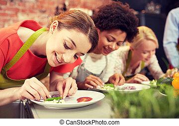mujeres felices, cocina, y, decorar, platos