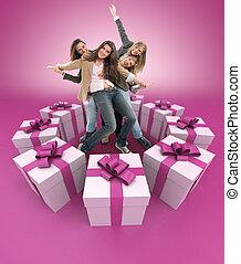 mujeres felices, rodeado, por, regalos, rosa
