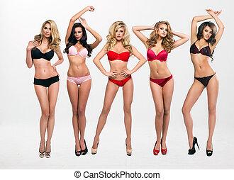 mujeres hermosas, en, lleno, crecimiento, postura, delante...