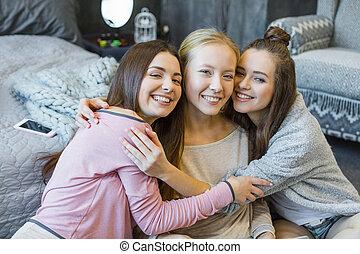 mujeres jóvenes, abrazar