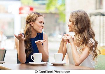 mujeres jóvenes, café de bebida, y, hablar, en, café
