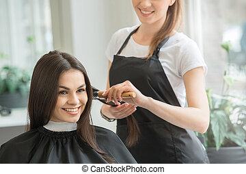 mujeres jóvenes, sentado, en, belleza, salón del pelo, estilo