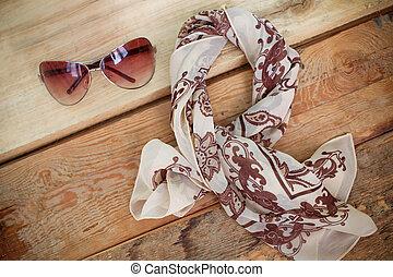 mujeres, moda, accessories., gafas de sol, y, un, floral, bufanda