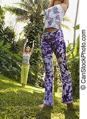 mujeres, practicar, yoga.