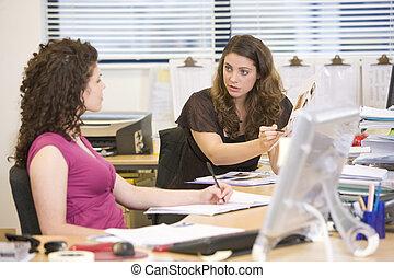 mujeres, teniendo, un, argumento, en el trabajo