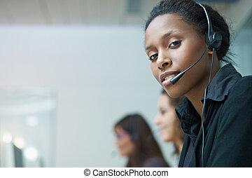 mujeres, trabajando, en, centro de la llamada