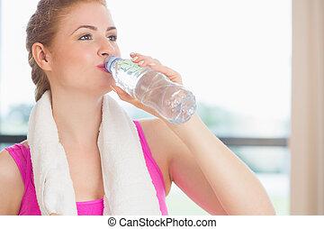mulher, água potável, em, condicão física, estúdio